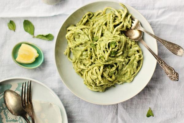 Pasta met saus van spinazie en boerenkool