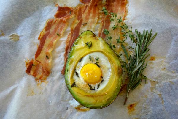 gezond kater ontbijt, avocado, bacon, ontbijtspek, ei, tijm, rozemarijn, kater, vet, onverzadigd,