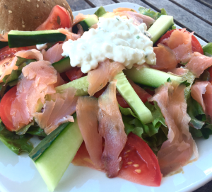 Low carb salade met gerookte zalm en Hüttenkäse