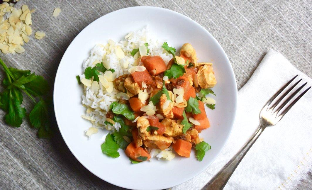 Arabische rijst (Kabsa) met kip, amandelen en rozijnen uit Syrië