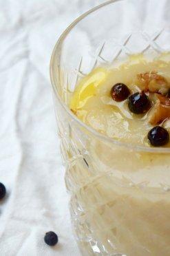 Knolselderijsoep met gin-jeneverbes-olie-met-nootjes
