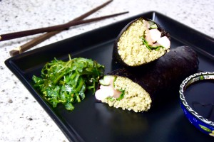 Sushi burrito's met gerookte zalm, surimi, avocado en zeewier