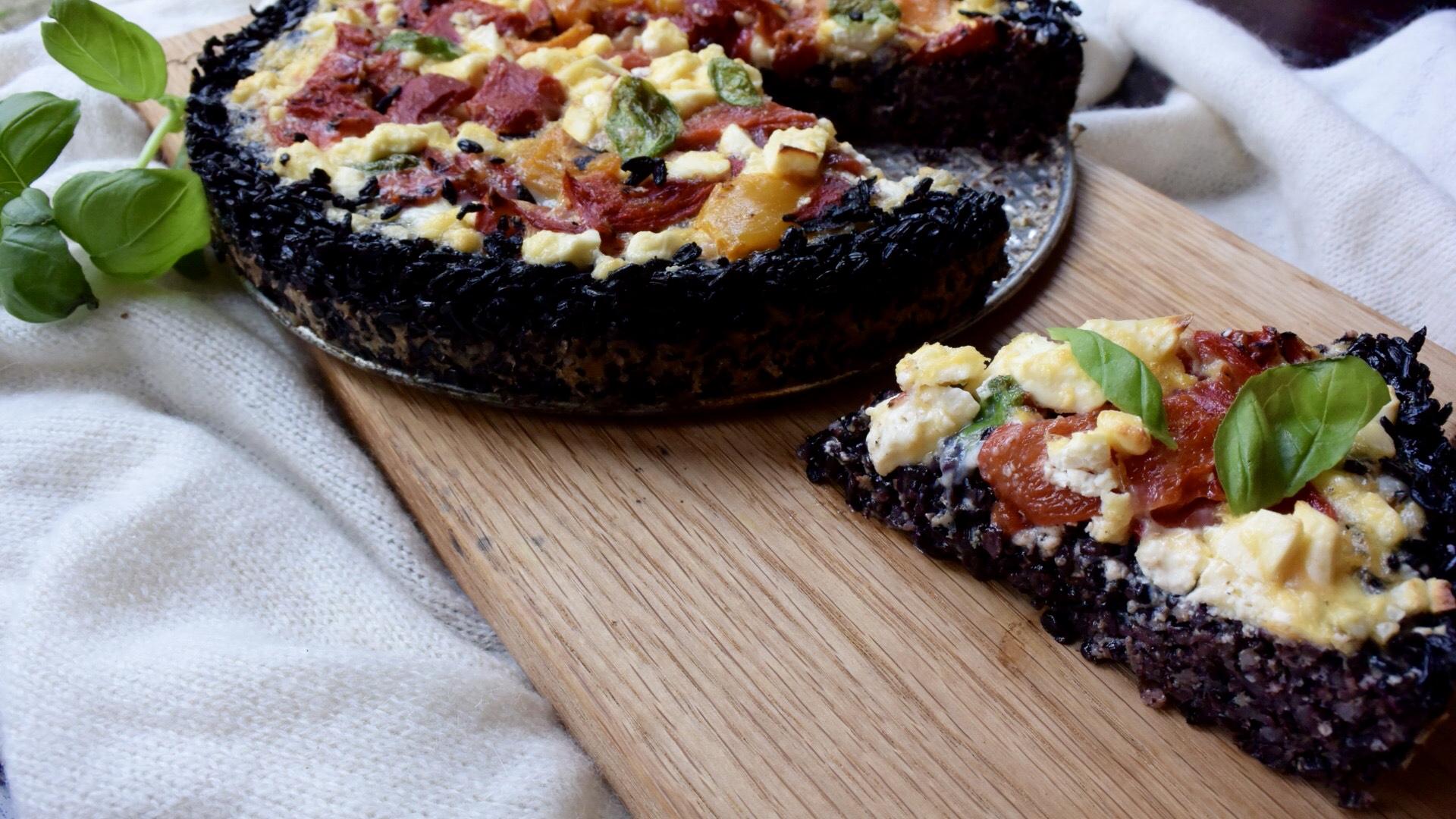 Hartige taart met korst van zwarte rijst