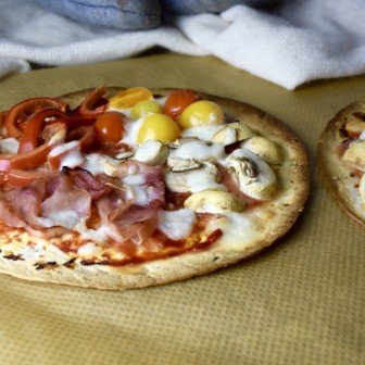 Quattro stagioni tortizza: tomaat, champignons, ham, paprika