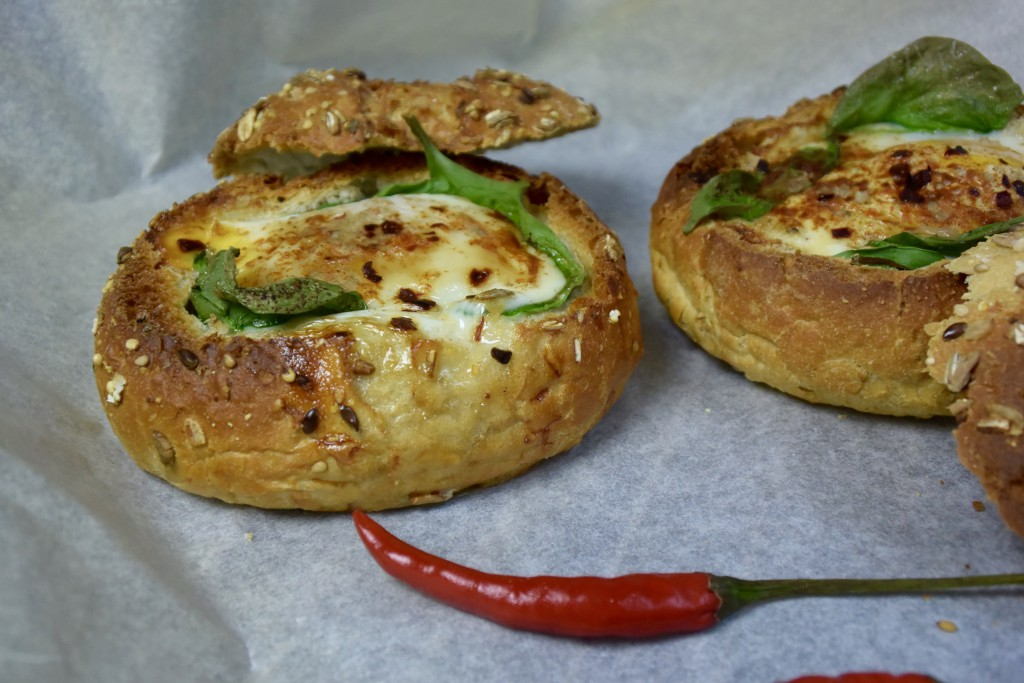 Paasbrunch: Gevuld (spelt)broodje ei uit de oven
