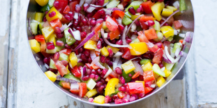 Kleurrijke salade met granaatappel en honingdressing