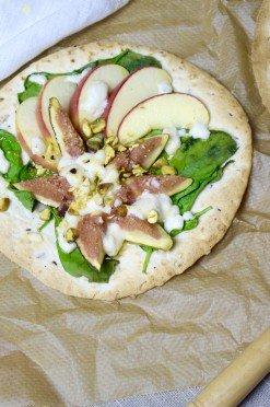 Tortizza met vijgen, geitenkaas, honing en pistachenoten