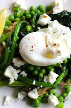 broodje met groen en gepocheerd ei