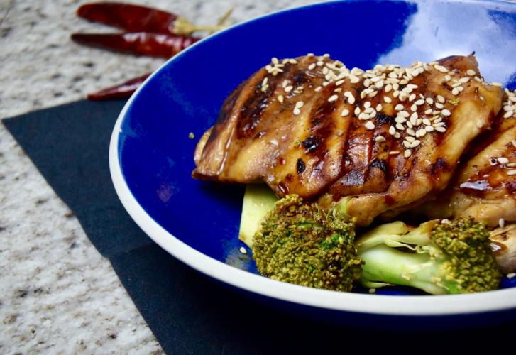 Koolhydraatarm & eiwitrijk diner: broccoli met gegrilde kip met sojamarinade