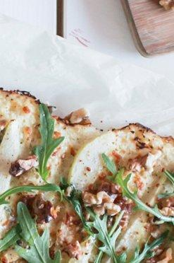 Bloemkoolpizza met peer & blauwe kaas
