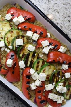 Vega ovenschotel met quinoa, feta en gegrilde paprika