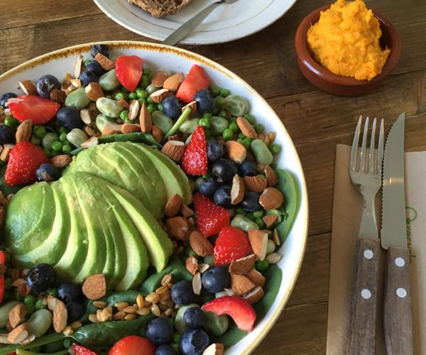 Speltsalade met fruit en noten