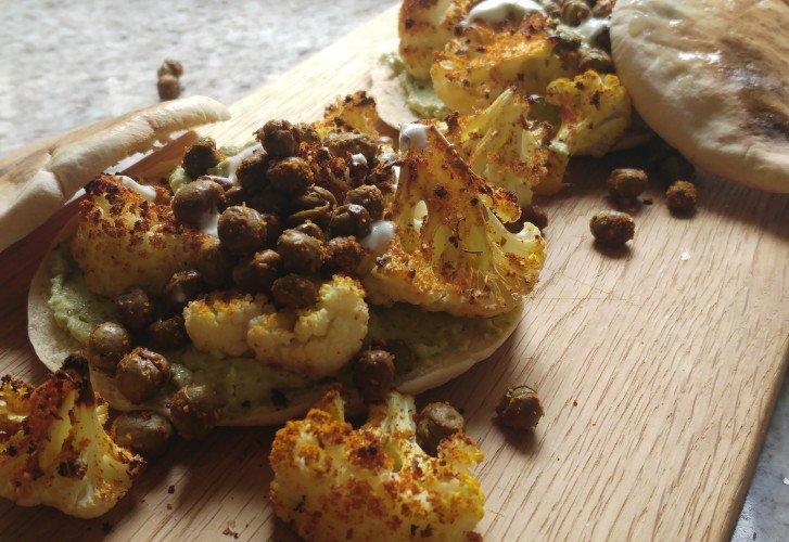 HAK: Spelt pitabroodjes met hummus, geroosterde bloemkool en knapperige veldertjes erbij