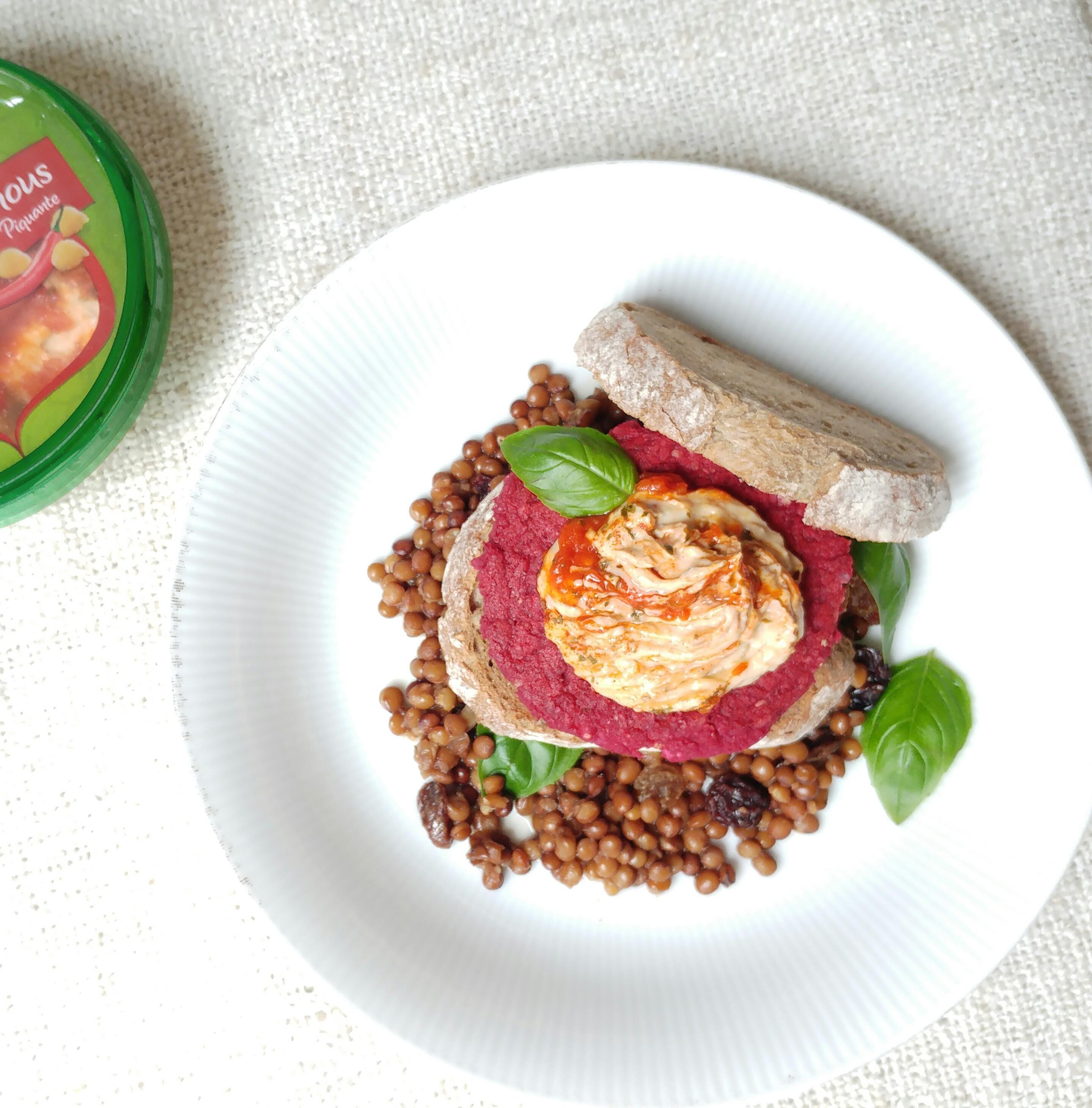 Vegan bietenburger met hummus en linzensalade