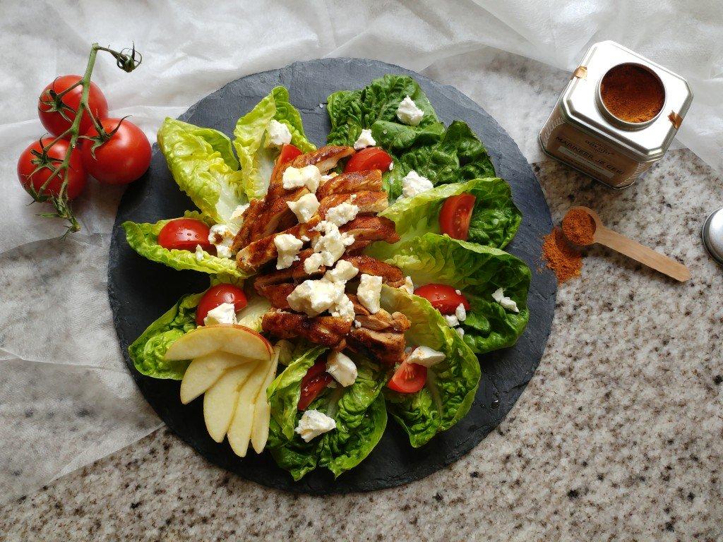 Salade met gekruide kipdijfilet met geitenkaas en appel
