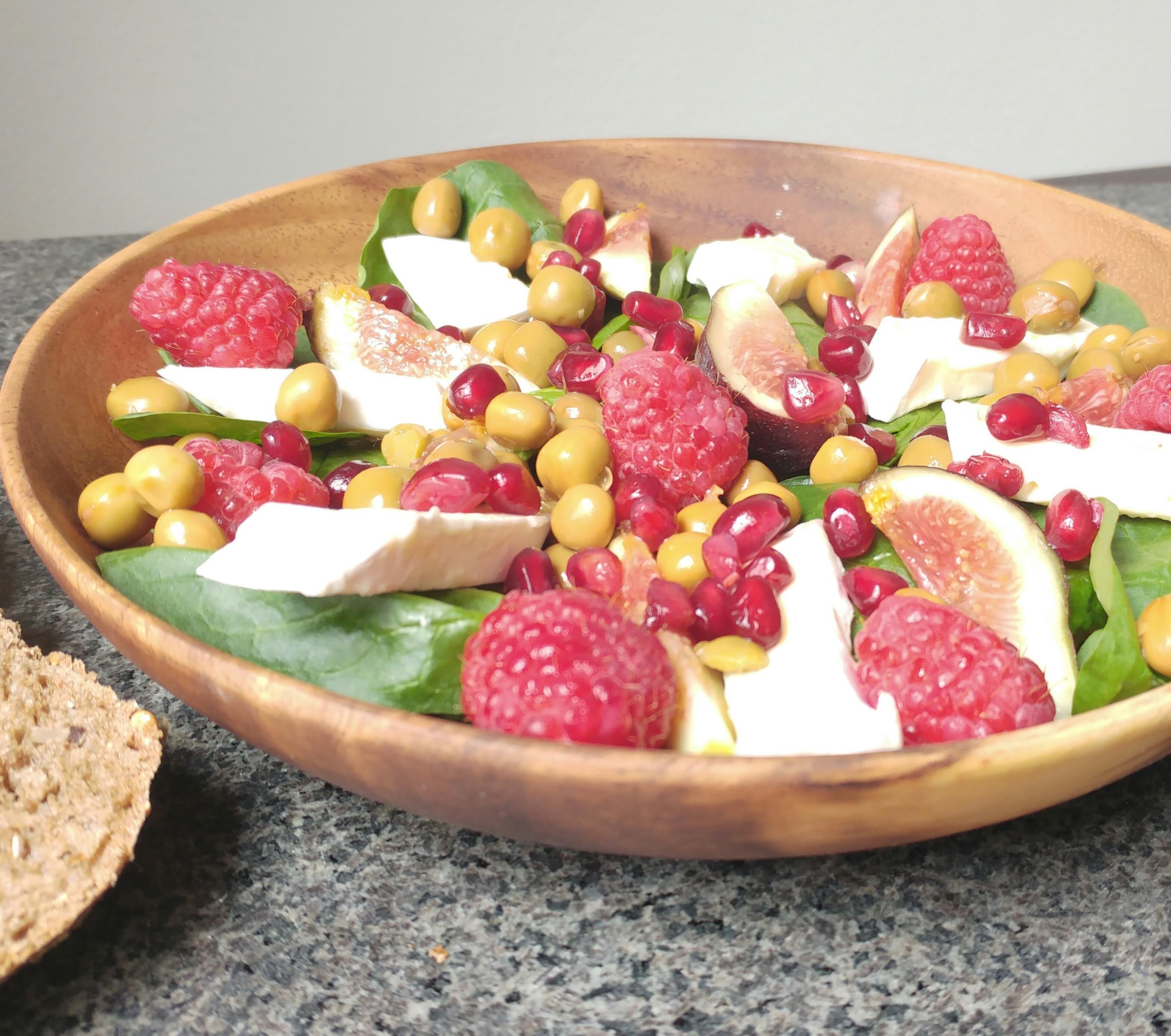 Fruitige & vullende salade met spinazie, brie, frambozen, vijgen en veldertjes