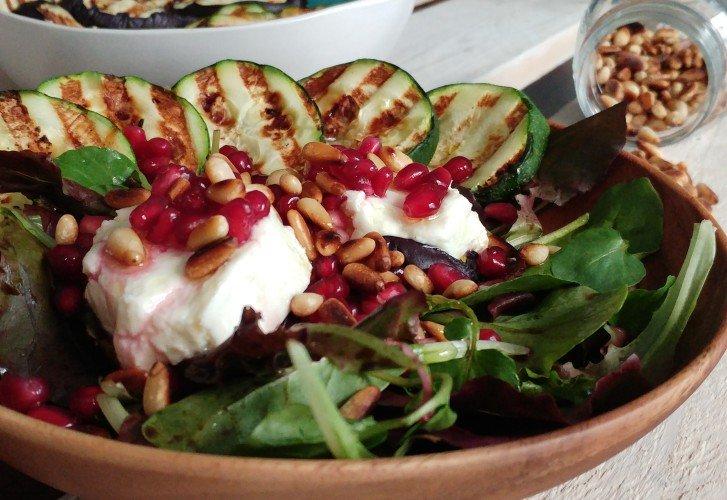 Salade geitenkaas met gegrilde courgette, pijnboompitten & granaatappelpitjes