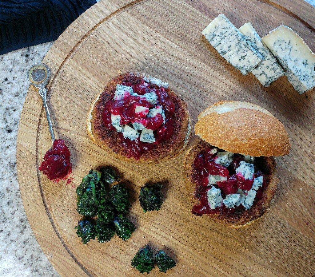 Kerstige kalkoenburger met zelfgemaakte cranberrycompote en blauwe kaas