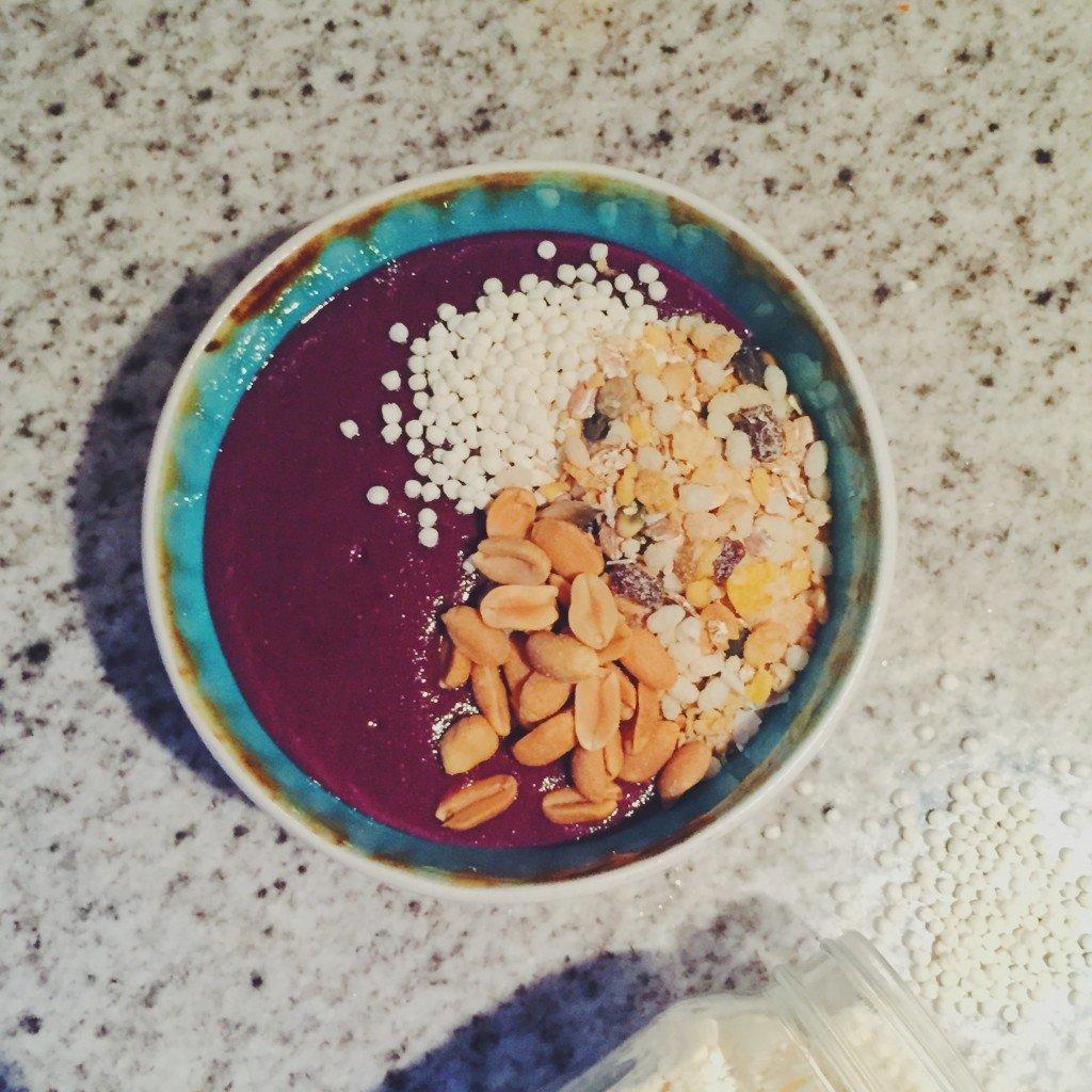Smoothie bowl met paarse wortel & waarom een smoothie bowl gezonder is dan een gewone smoothie
