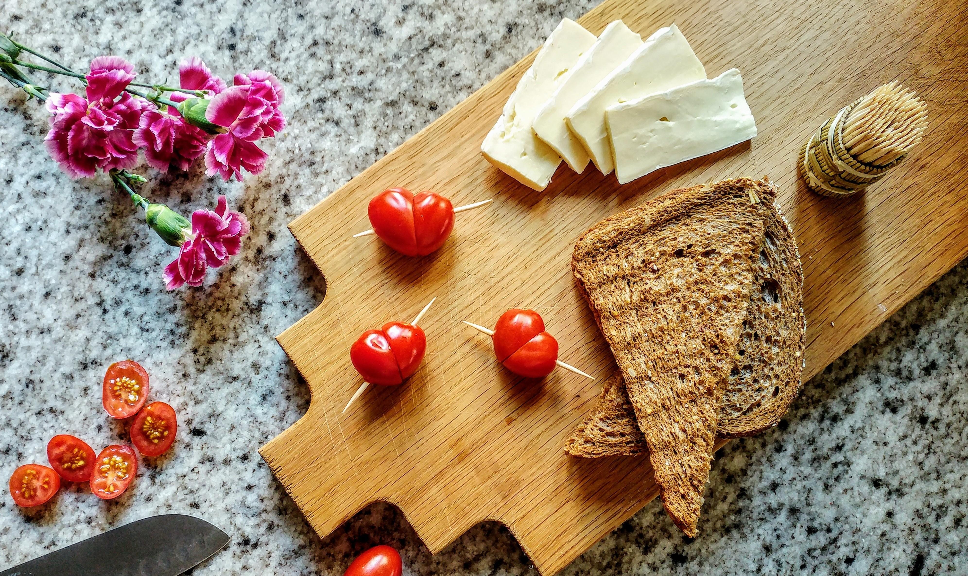 Valentijn-tosti met brie en hartjes van tomaat