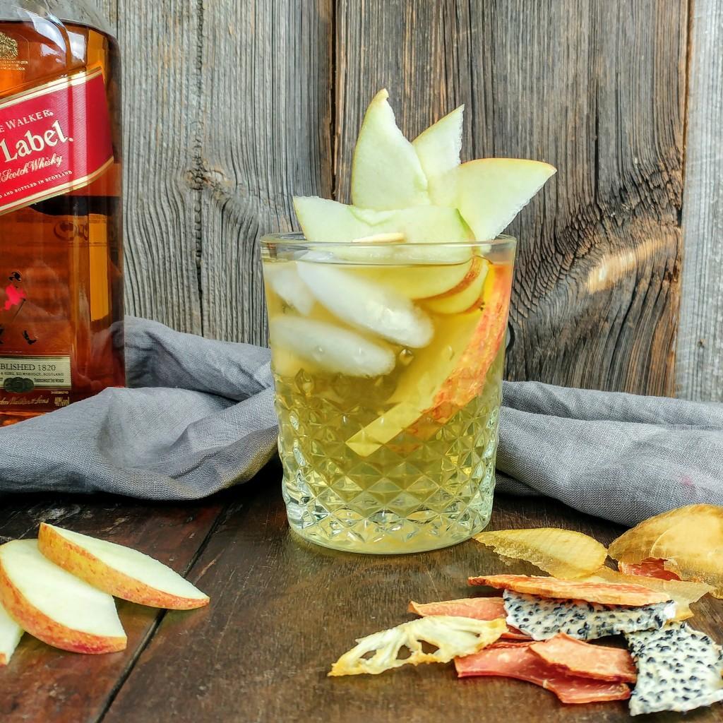 Dierlijke whiskey cocktail met appelcider en honing van Rosalia's Menagerie