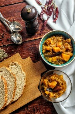Eiwitrijke vegetarische pompoencurry met linzen