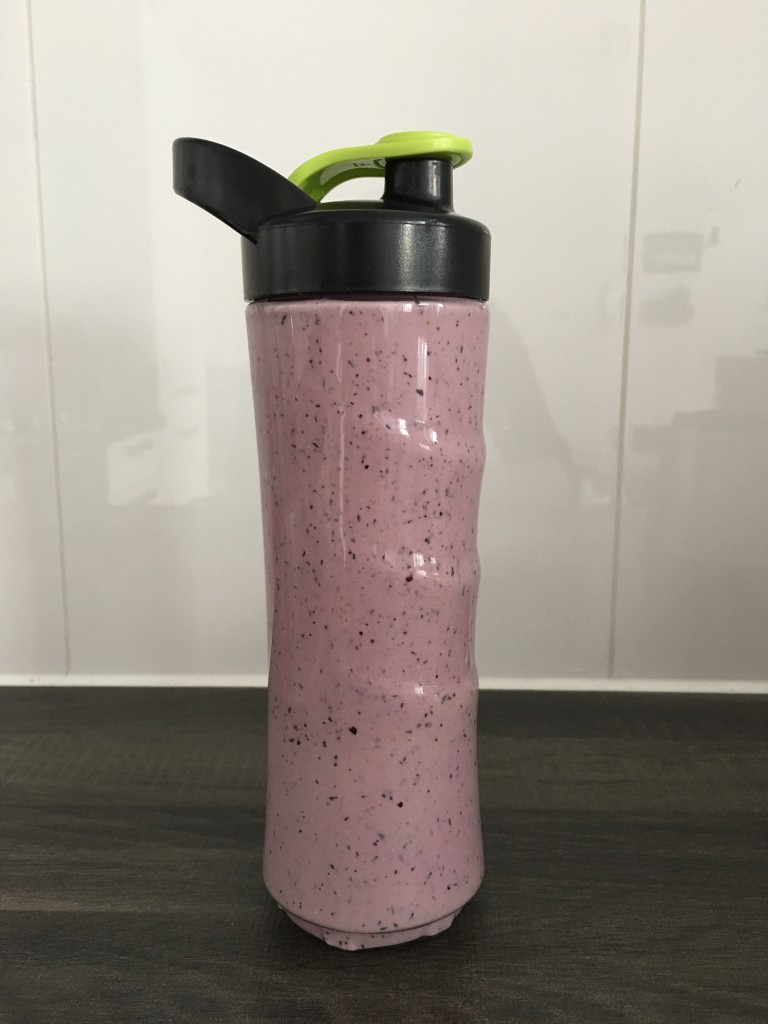 Regenboog smoothie van rood fruit met Tefal blender On-the-Go