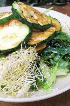 Groene salade met courgette, zeewier en alfalfa
