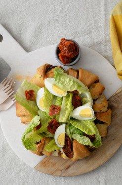 Paasrecept: croissantbrood met spek en Caesar salade