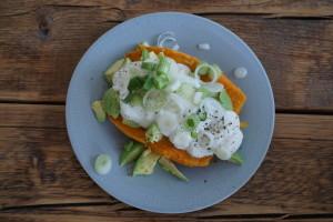 Gepofte zoete aardappel met avocado en gezonde(re) knoflooksaus