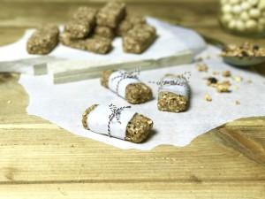 Energierepen van crunchy ontbijtgranen, dadels & noten