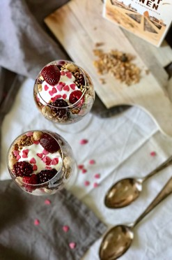 Skinny cheesecake in a glass: parfait met rood fruit en crunchy ontbijtgranen