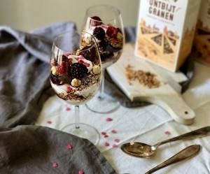 Skinny cheesecake in a glass: parfait met rood fruit en crunchy ontbijtgranen