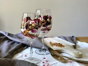 Skinny cheesecake in a glass: parfait met rood fruit en crunchy ontbijtgranenSkinny cheesecake in a glass: parfait met rood fruit en crunchy ontbijtgranen