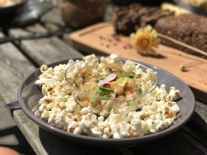 Ceviche van zalm met avocado en popcorn(!)