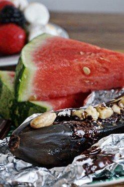 Toetjes van de barbecue: gevulde banaan met chocola en noten
