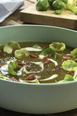 Romige soep van spruitjes met chorizo