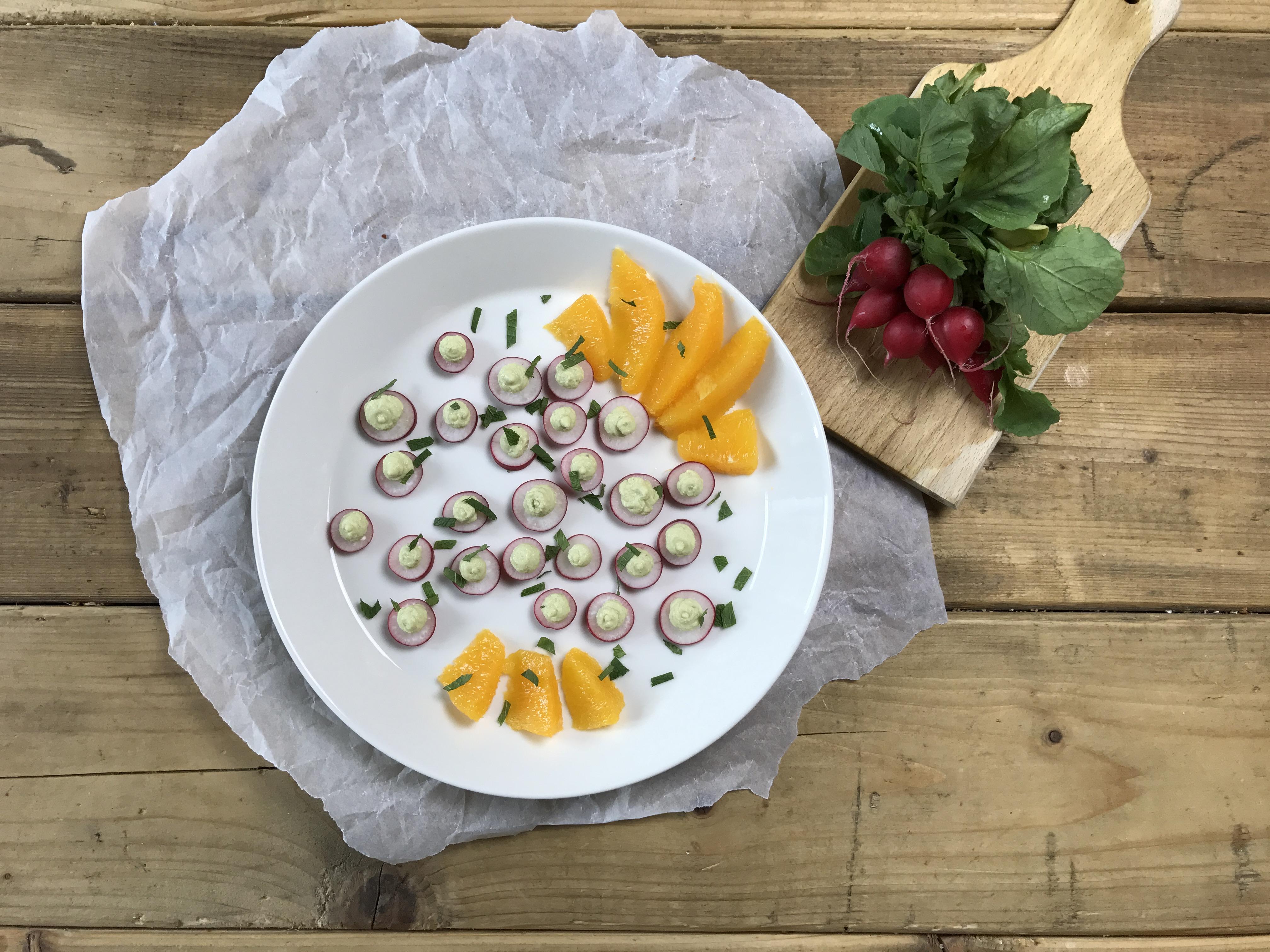 Healthy snack: radijs met avocado-feta spread