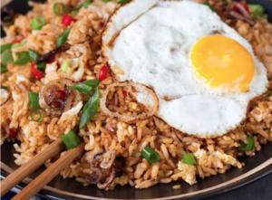 'Kabsa' voor Marley Spoon: Arabische rijst met kip, amandelen en rozijnen.