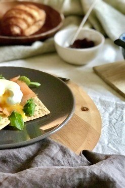 Gezond, licht én fancy ontbijt op bed: lichte crackers met gepocheerd ei & zalm
