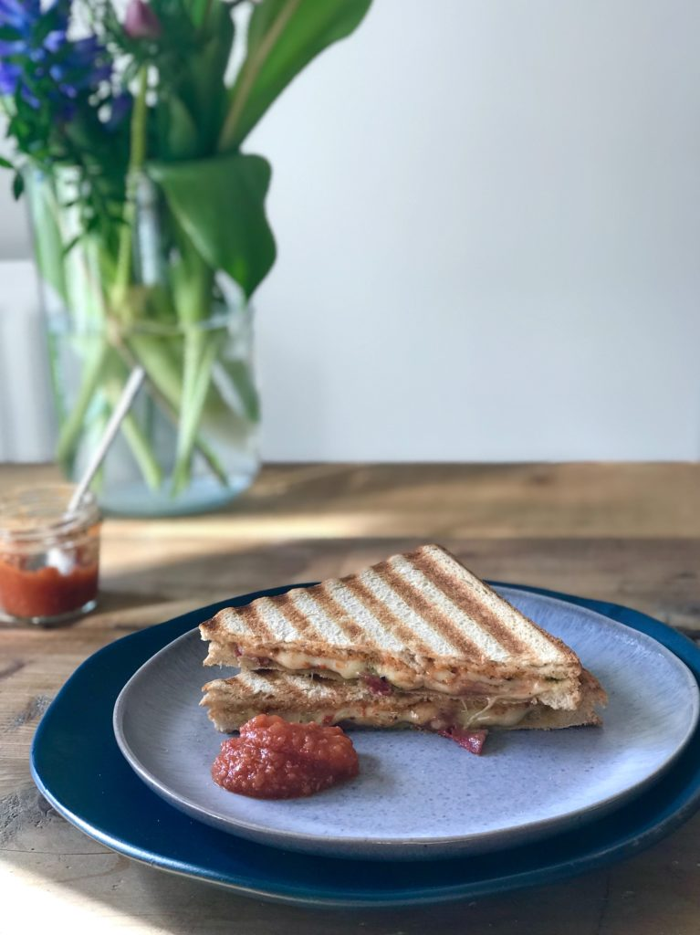 Grote Tosti Test (2): Tosti mozzarella & pepperoni met bacon-ketchup (betchup) van Fantosti