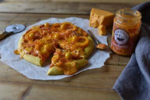 Oranje pizza voor Koningsdag: Pompoenpizza met oranje paprika en cheddar kaas