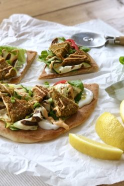Dinner: Falafel pizza met tahini dressing (vegan!)