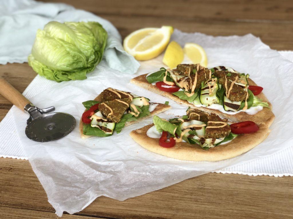 Dinner: Falafel pizza met tahini dressing (vegan!)