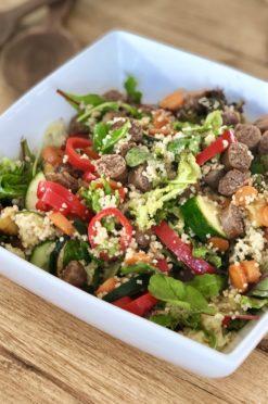 Couscoussalade met veggies en chipolata worstjes