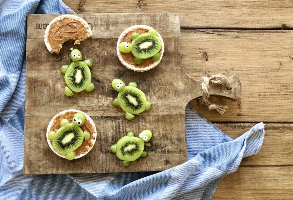 Gezond snacken: schildpadjes van rijstwafels met pindakaas, kiwi & druif