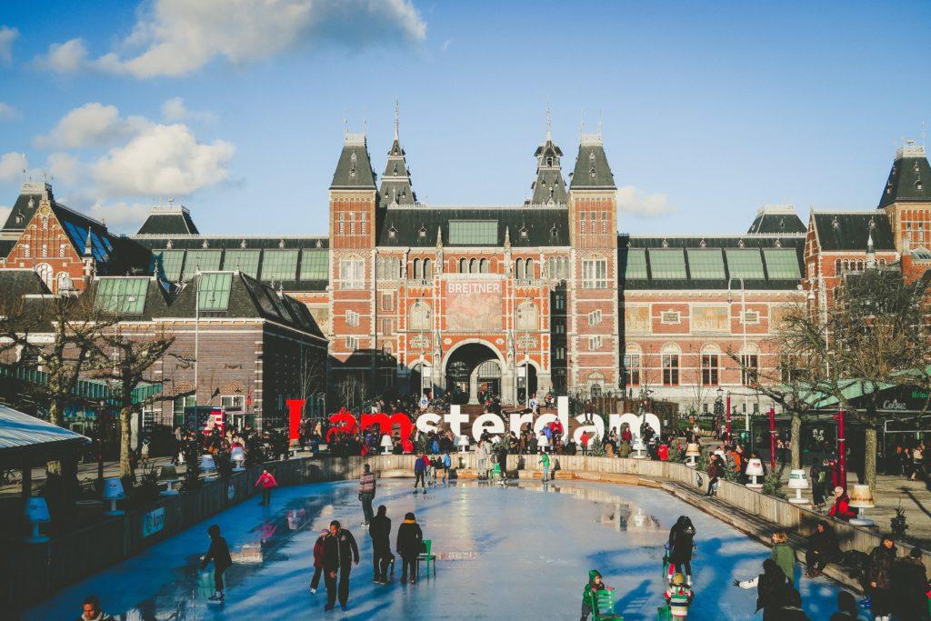 5 Activiteiten voor kerst in Amsterdam: van schaatsen tot gezond kerstontbijt