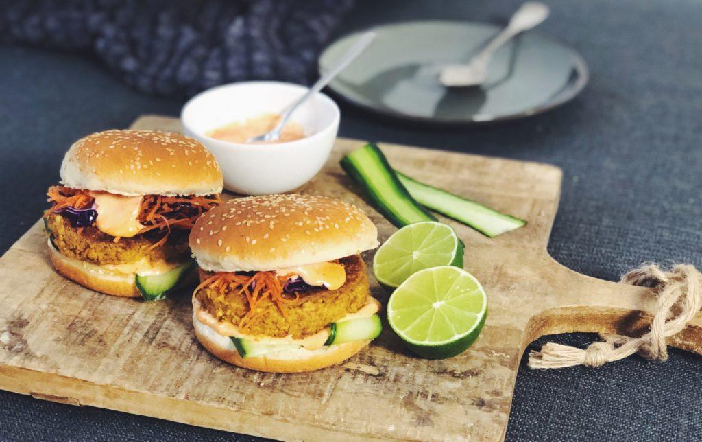 Thaise burger (vega!) met knapperige koolsla & chili mayo
