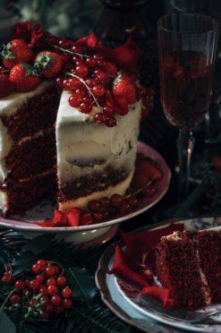 Red velvet taart met rozen en rood fruit