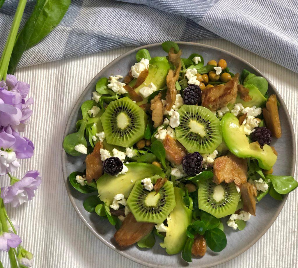 Gevulde salade met kip, kiwi, veldertjes | Vezelrijk! - Foodness.nl
